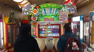 Head to head Taiko no Tatsujin battle against two study abroad students. Who will win?