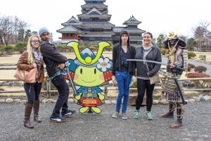 Temple Japan students Megan Smith, Dan Foster, Carlos Casademont, and Dina Pakstis all pose with a samurai and the mascot of Matsumoto.