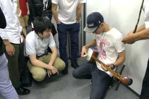 TUJ students had the opportunity to try out the shamisen on their own.