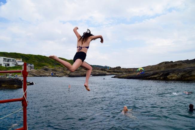 F16204_tokyo_Jumping from the rocks_TamlynKurata