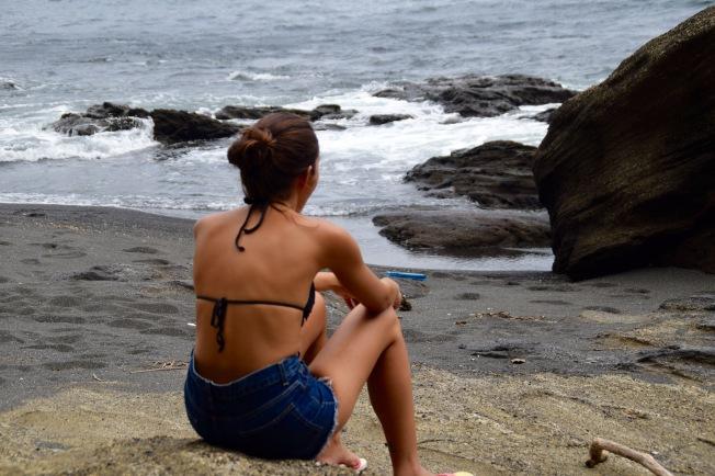 F16207_tokyo_Sitting on the beach_TamlynKurata