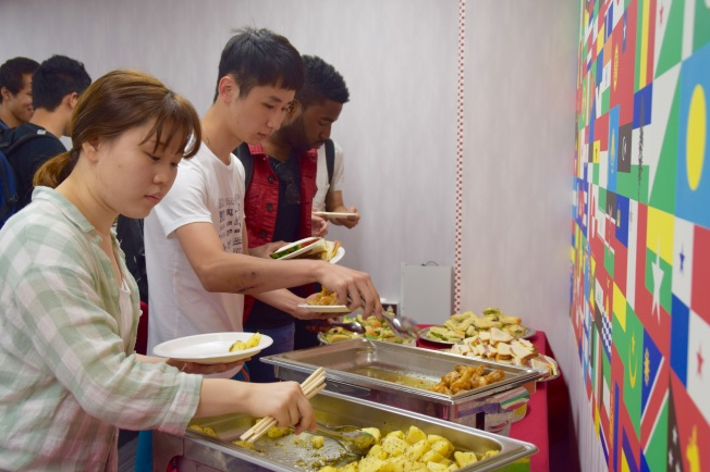 F16306_tokyo_students in buffet line_TamlynKurata