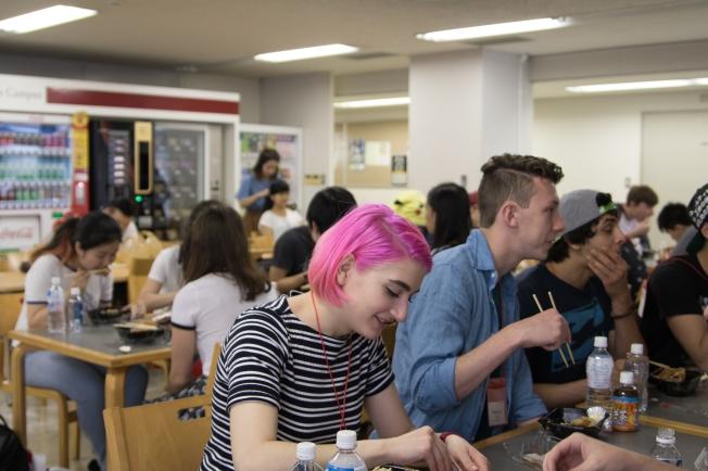 SU17105_Tokyo_students-eating-lunch_RichelDIaz[1]