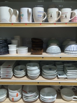 Cool ceramics to choose from at the 100 yen shop.