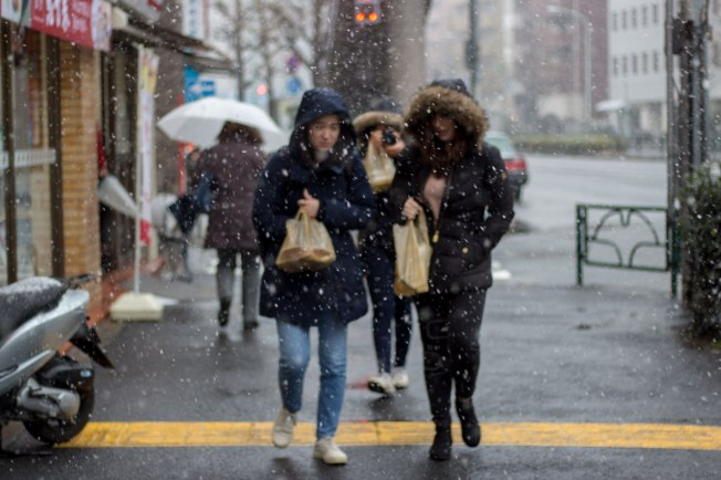 SP18205_Minato-ku_TUJ-Study-Abroad-Students-in-the-snow-after-a-conbini-run_KaylaAmador