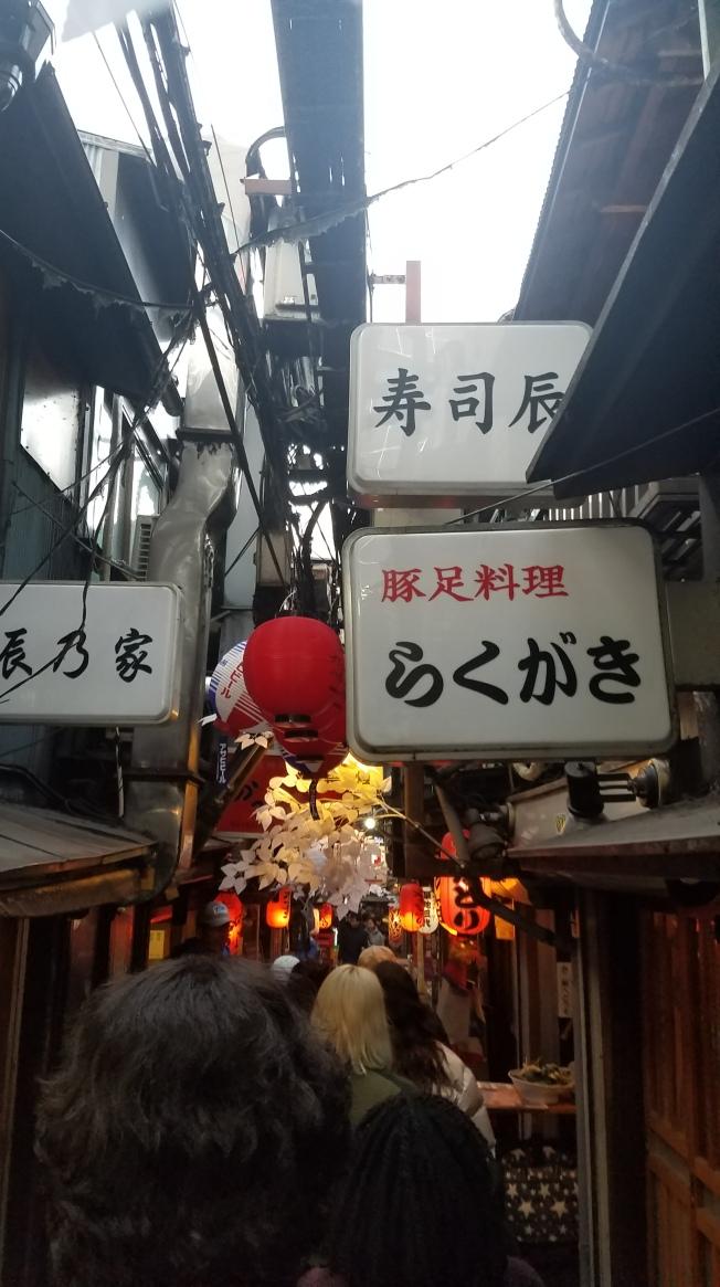 SP18305_Shinjuku_Walking-through-an-alley_KaylaAmador