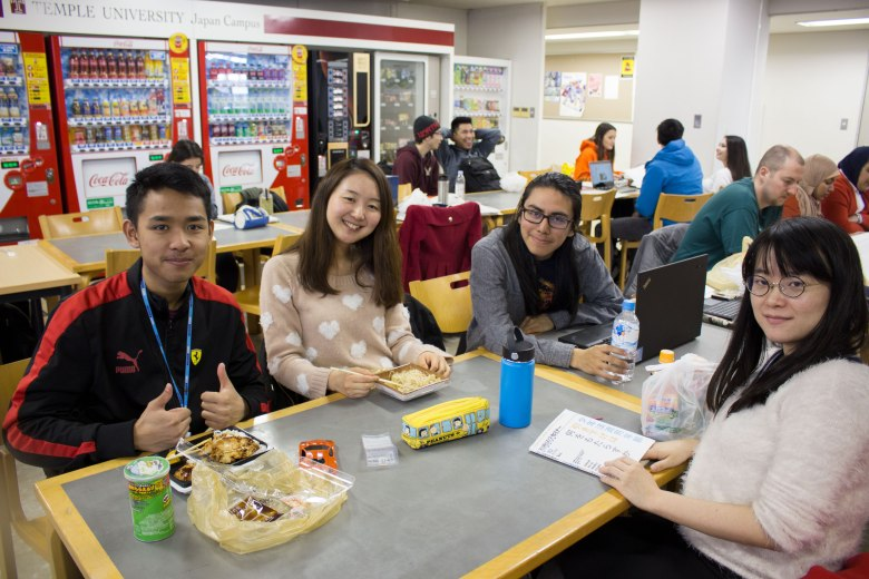 SP18604_Tokyo_TUJ Students Eating Bentos_KaylaAmador