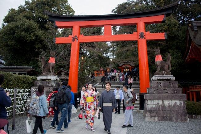 SP18008_Kyoto_Entering Fushimi Inari Shrine_KaylaAmador