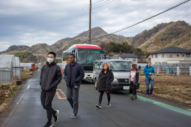 SP18802_Izu_Students Departing the Bus_KaylaAmador